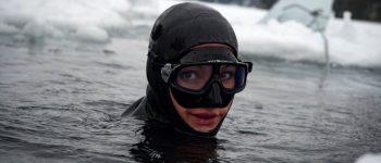 چندین ساعت شنا در آب سرد با لباس تازه غواصی